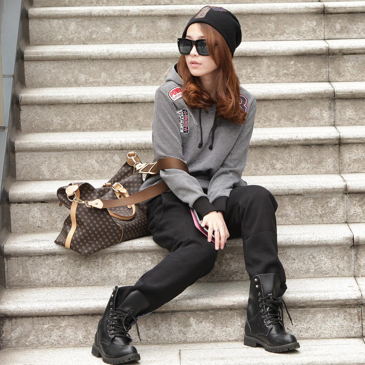 卫衣搭配女_2013春装新品长袖连帽细条纹上衣黑裤经典搭配卫衣女两件套运动装