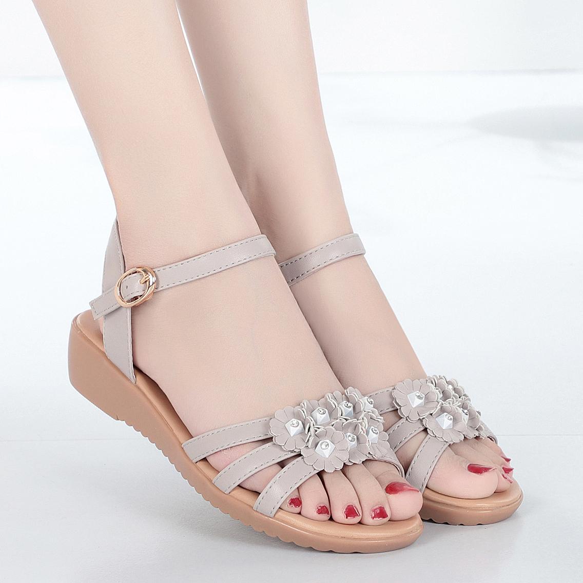 夏季2020新款中年平底花朵女凉鞋真皮软底中老年大码妈妈凉鞋女