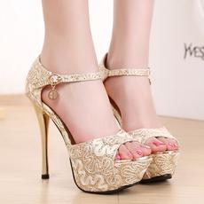 鞋子颜色的选择既与衣着的搭配,鞋子搭配技巧