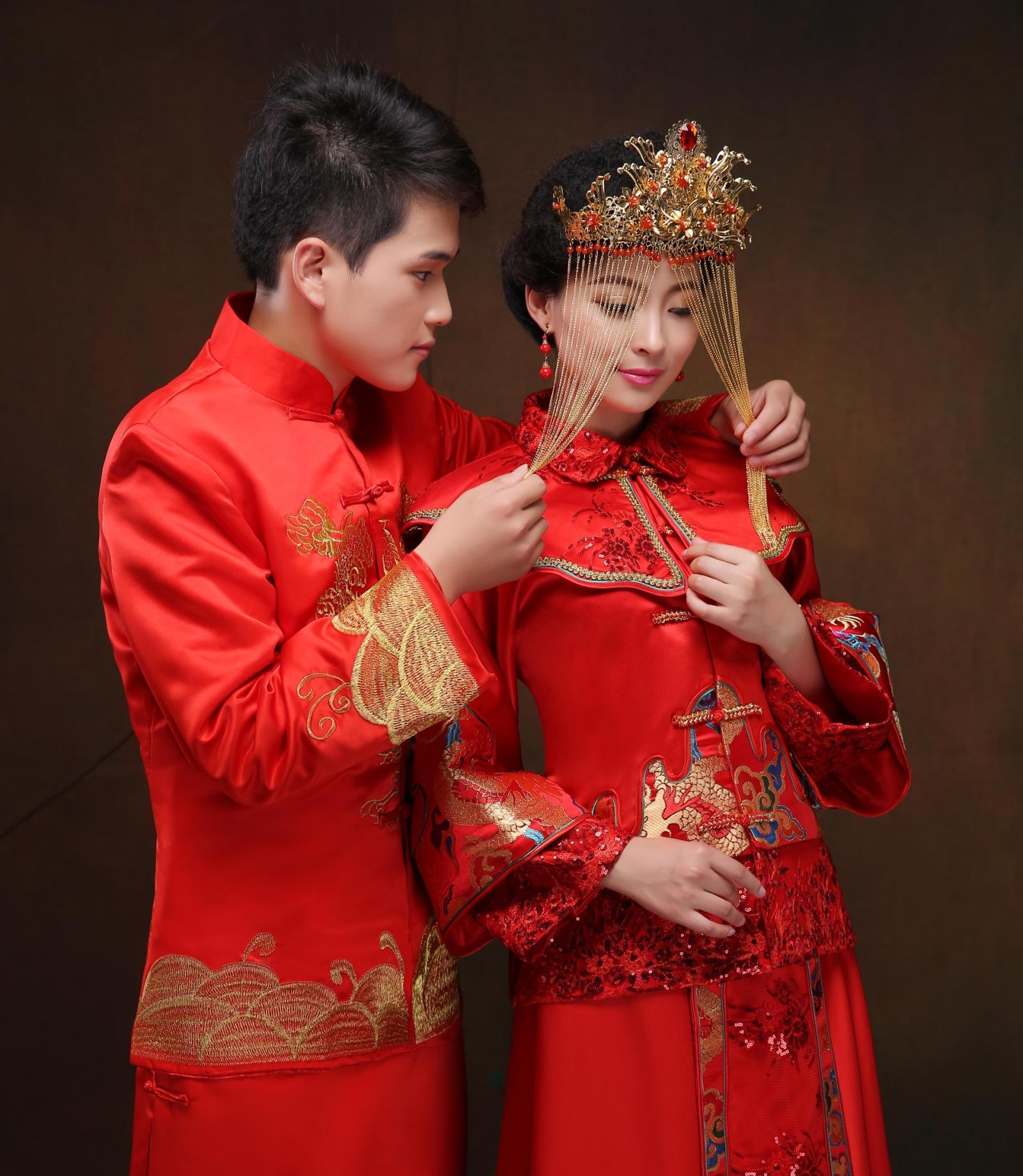男女红色中式结婚喜服龙凤褂秀禾和服新郎新娘敬酒服结婚礼服唐装图片