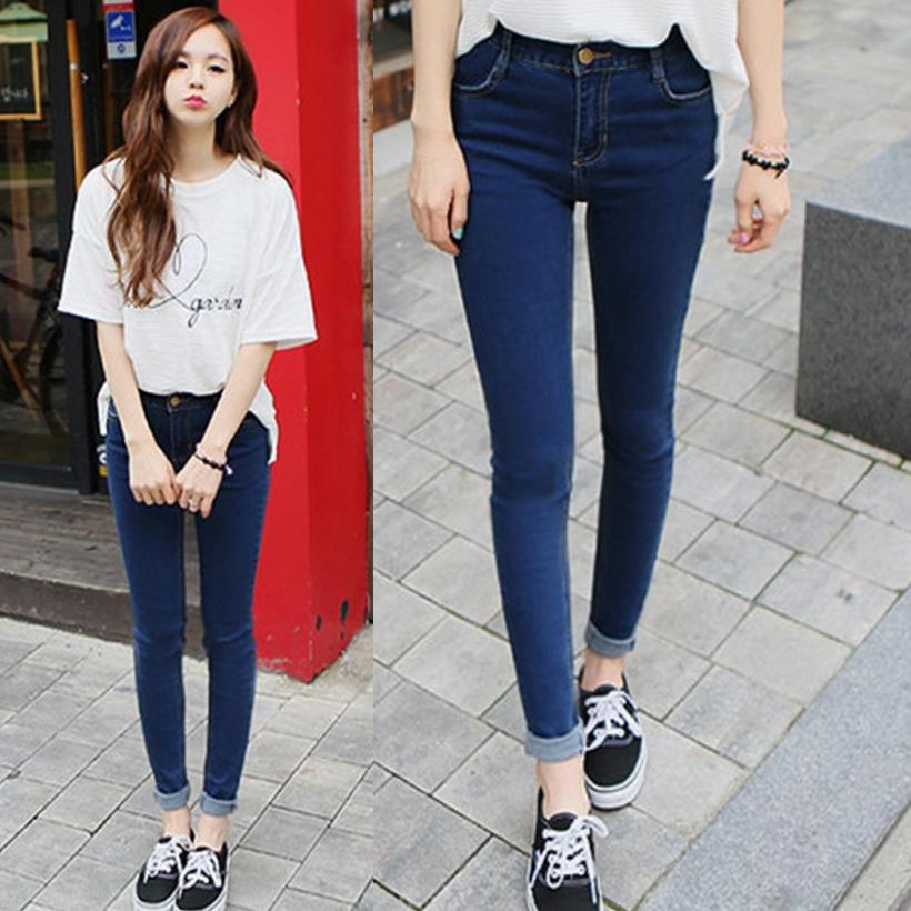 Девушка в джинсах привязана