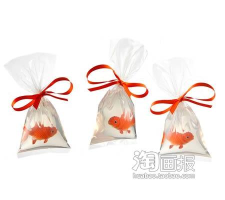 """观赏鱼袋子肥皂拎着这种肥皂回家,就好像你刚从宠物商店里买了一袋观赏鱼似的。不过,那漂亮的金鱼可不是真的,那是嵌在透明肥皂里面的塑料鱼,这种用甘油制成的肥皂非常清澈透明就好像是一袋水似的,再用橙色的丝带系住""""袋口"""",绝对可以以假乱真。"""